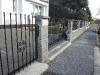 zděný plot s kovovými vyplněmi