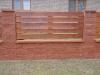 zdění plot s dřevěnýma výplněma