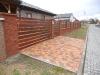 zděný plot s dřevěnými vyplněmi